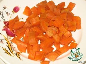 Морковь нарежьте мелкими кубиками.