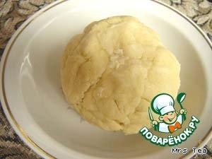 и добавить в масляно-мучную крошку, замесить тесто.