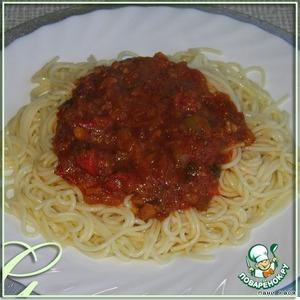 Откидываем спагетти, даем им стечь, но не остыть.    Выкладываем на тарелку, сверху - овощной соус.
