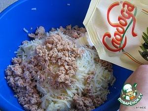 Заправить майонезом, перемешать. Выложить горкой на листья салата. Огурчики нарезать кругляшками и украсить по всей поверхности. Дополнить помидоркой Черри и зеленым луком.