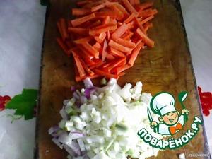 Лук нарезать мелко, морковь соломкой.