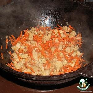Добавляем порезанный кубиками лук, натертую на терке морковку, тертый чеснок, и обжариваем 5 минут.