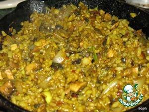 В грибы добавляем уже отваренный рис. Добавляем соевый соус, и уже по вкусу солим, перчим. В конце добавляем мелко порезанную зелень, зеленый лук.