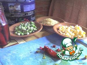 Перец нарезаем меленько, с горошка и кукурузы сливаем жидкость (или достаем из пакета - у меня были замороженные). Рис промываем и ставим варить.