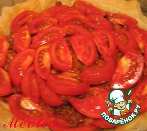 Теперь слой дольками порезанных помидорчиков   если я кладу свежие помидоры в пирог или в пиццу, то всегда очищаю от кожуры... для этого надо на шкурке каждого помидорчика сделать крестообразный надрез и поместить на 2 минуты в кипяток, после этого шкурка легко снимается