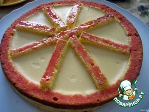 8.Верхнюю часть бисквита обильно намазать вишневым сиропом
