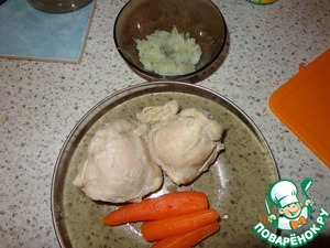 Отвариваем курицу (грудки, ноги, бедра и т. д.), я добавила морковь в бульон, для вкуса и прозрачности, но в итоге и морковь очень пригодилась, изначально варился просто борщ...   Лук немного обжариваем, (я украла лук из зажарки для борща, буквально пару столовых ложек).