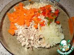 Нарезаем мелко наше куриное филе, морковь, болгарский перец (у меня замороженный), чеснок. Все перемешиваем, добавляем лук, и натертый на мелкой терке сыр.