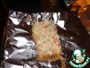 Собираем бутерброды: Я сразу нарезаю фольгу на квадраты, кладу на нее ломтик хлеба (хлеб любой, какой есть в доме, можно даже подсохший позавчерашний). Накладываем нашу начинку и заворачиваем.