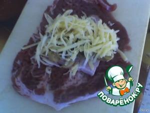 Кусочек отбивной свинины натереть перчиком черным и солью, положить сверху кусочек грудинки или бекона, шампиньоны и сыр.