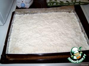 Когда пройдёт 15 минут, вынуть пирог из духовки и залить кокосовой смесью, разровнять по поверхности и поставить ещё раз на 15 мин. в духовку.
