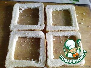 Из кусочков хлеба вырезаем середину.
