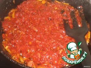 Добавить в пассеровку томатную пасту и обжарить 3 минуты.