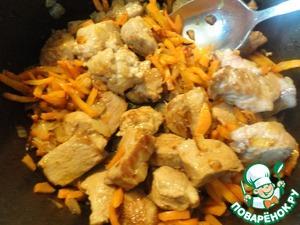 Теперь объясню для чего морковь резать именно соломкой, а не тереть на терке. В традиционном плове обычно обжаривают мясо с луком, потом насыпают слой моркови, потом рис. И есть ужасно важное правило: не перемешивать ни за что! А вот почему не перемешивать? Дело в том, что если перемешать мясо с морковью, то потертая на терке морковь может подгореть. А вот морковь, порезаная соломкой - не подгорит. Зато у нас появилась возможность морковь предварительно поджарить, что делает ее вкуснее. Итак, добавляем поджаренное мясо вместе с маслом, в котором оно жарилось, к моркови с луком и варварски перемешиваем.