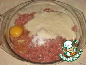 Смешать мясной фарш, хлеб, 1 яйцо, соль до однородной массы.