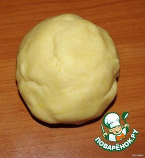 Разотрите масло с мукой в мелкие крошки    Добавьте сахар, желтки и 2 ст ложки воды    Замесите мягкое тесто    Положите его на 30 минут в холодильник