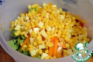In a salad bowl put kiwi, peppers, cheese, tomatoes, corn (pre-drained), pour the dressing, sprinkle with sesame seeds.