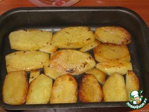 картофель чистим и обжариваем на минимальном количестве масла до полуготовности, выкладываем на дно посуды одним слоем