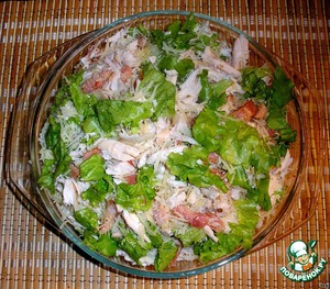 In a large bowl tear lettuce with hands cutting chicken breast into small pieces, add grated cheese, bacon, pour the croutons and add the sauce (salt is not necessary), stir gently and let it brew.