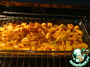 Pumpkin cut into small pieces, drizzle with olive oil and put to bake in preheated to 200 gr. oven until soft.  Mushrooms also cut into small pieces and fry in vegetable oil until evaporation of the released liquid.