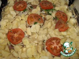 Картофель очистить, нарезать небольшими кусочками и уложить рядом с мясом. Посолить и поперчить.