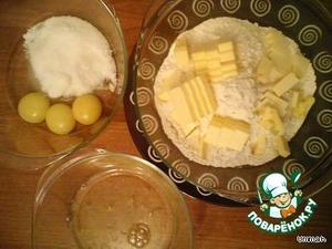 Отделить белки от желтков, белки взбить до появления пены, желток растереть с сахаром.
