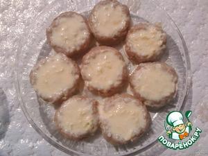 Взбить яйца с майонезом и добавить потертый сыр.   Залить этой смесью котлетки.