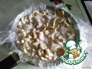 Глубокую миску или кастрюльку застелить пищевой плёнкой и выложить полученную массу. Поставить в холодильник, чтобы застыло.   Застывший торт перевернуть на блюдо, снять плёнку и украсить.