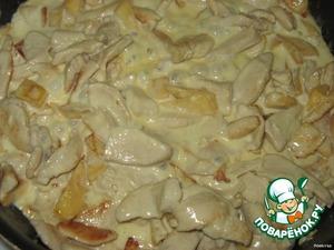 Добавить к курице айву, потомить еще минут 5.