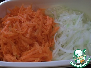 Onion peel, wash and cut into feathers.  Carrots also clean, wash and grate on a coarse grater. So.