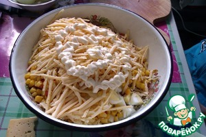 And the grated cheese on top to pour a little mayonnaise. Stir.