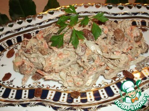 Dressed the salad with mayonnaise. You can fill the salad in equal amounts of mayonnaise and yogurt or sour cream.