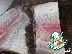 Рыбное филе нарезать порционно.