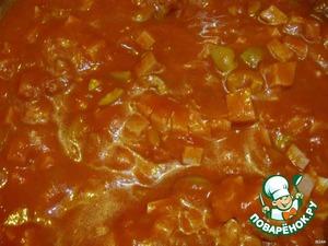 Смешиваем соус с ветчиной и оливками, добавляем уксус и соль по вкусу.