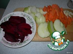 Нарезать: морковь и свеклу соломкой, лук полукольцами толщиной 0,5 см, у яблока вырезать семенную камеру, затем нарезать дольками.