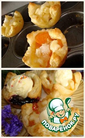 Духовку разогреваем до 190*С,    выпекаем пирожные 20-25 минут.   Сразу вынимаем из формочек (выходят легко),   в еще горячие тарталетки кладем шарик ванильного мороженого.