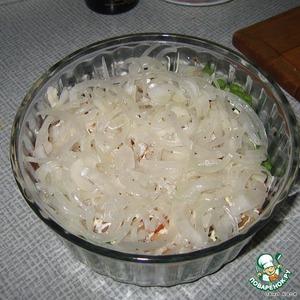 Далее выложить курицу и маринованный лук (тщательно слить маринад)