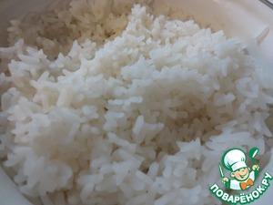 Рис я предпочитаю сперва оставить на несколько часов в холодной воде, а после - отварить. Так и время варки сокращается, и внимания меньше рису нужно.      Впрочем, в рамках этого рецепта, отлучаться нам не придётся, потому как пока варятся филе и рис, мы обрабатываем прочие продукты.