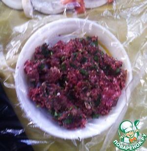 Делаем фарш без лука, тщательно вымешиваем руками.   Соль и перец по вкусу. Выкладываем через целлофан на тарелку.