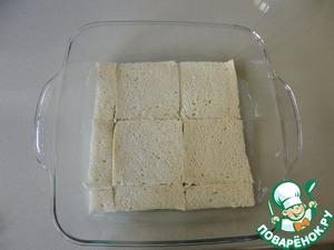 Теперь смазываем форму сливочным маслом и выкладываем кусочки хлеба по всему дну формы.
