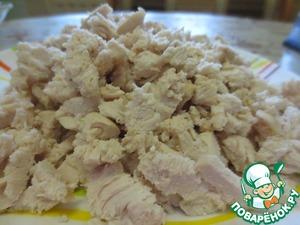 Готовое куриное филе режем на небольшие кусочки.