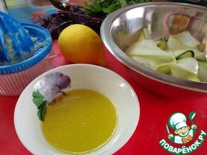 Приготовить заправку - 1 ст. л. оливкового масла и 4 ст. л. лимонного сока. Заправлять салат будем прямо перед подачей.
