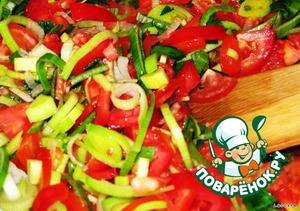 Добавляем к луково-чесночной смеси помидоры - 5шт (нарезанные кубиками), остальные помидоры оставляем для украшения верхнего слоя лазаньи, лук-порей (нарезанный кольцами или полукольцами), часть зелени и тушим до загустения.