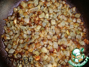 Finely chop the onion and fry in 6 tbsp oil. Cool.   In 100 ml. of water, add sugar, yeast. Leave to rise for 10 min.