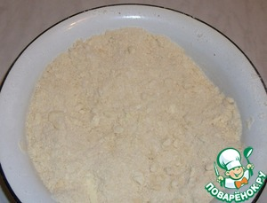 To the flour add the butter or margarine slices, sugar, and grind with your fingertips into crumbs.