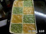 В ячейки на пироге в шахматном порядке выложить хурму и киви.    Взбить яйцо и кисточкой смазать бортики и края.