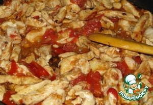 Томаты в собственном соку, предварительно очищенные от кожицы и нарезанные на кусочки, обжариваем вместе с куриным филе и смесью из лука и чеснока.