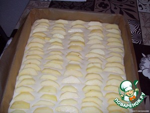 The dough is poured and now spread on the surface of the cooked apples.  We pre-washed, cleaned, freed from the core and cut into thin slices.  Instead of apples you can take other fruits or berries, and sprinkle the top with nuts.