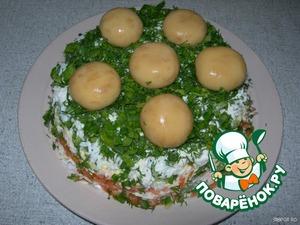 И выкладываем сверху несколько грибочков. Получается вот такая грибная полянка. Даем настояться салату в холодильнике пару часов, чтобы все пропиталось.