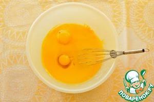Добавьте яйца и растопленное (и остывшее) масло и снова взбейте до однородности.